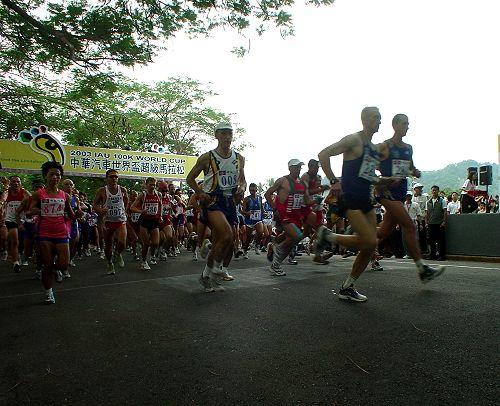 真正的超跑登场 2003中华汽车世界杯超级马拉松开跑高清图片