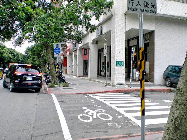 人行道规划行人与自行车共道(如仁爱路),并设置相关标志牌面,高清图片