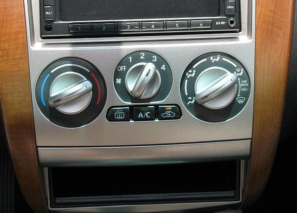 因为开启空调时压缩机在散热高压下会造成压缩机负担更大,导致引擎